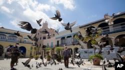 La Plaza Vieja, en La Habana, no verá aún el regreso de los turistas. (AP/Ismael Francisco)