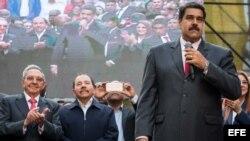 De izq. a der. Daniel Ortega, Raúl Castro y Nicolás Maduro.