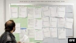 Un hombre busca trabajo en un tablón de anuncios del centro de desempleo Workforce1 Career Center en Brooklyn, Nueva York, EEUU.