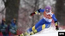 Foto de archivo tomada el 18 de febrero de 2014 de la esquiadora ucraniana Bogdana Matsotska mientras compite en la prueba de eslalón gigante femenino de los Juegos Olímpicos de Invierno Sochi 2014.