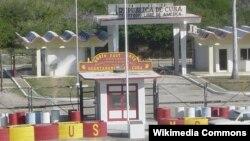 Punto fronterizo en la Bahía de Guantánamo; al frente, territorio de la Base Naval de EEUU; al fondo, la garita de control de Cuba. ( Foto: RUSMCUSA)