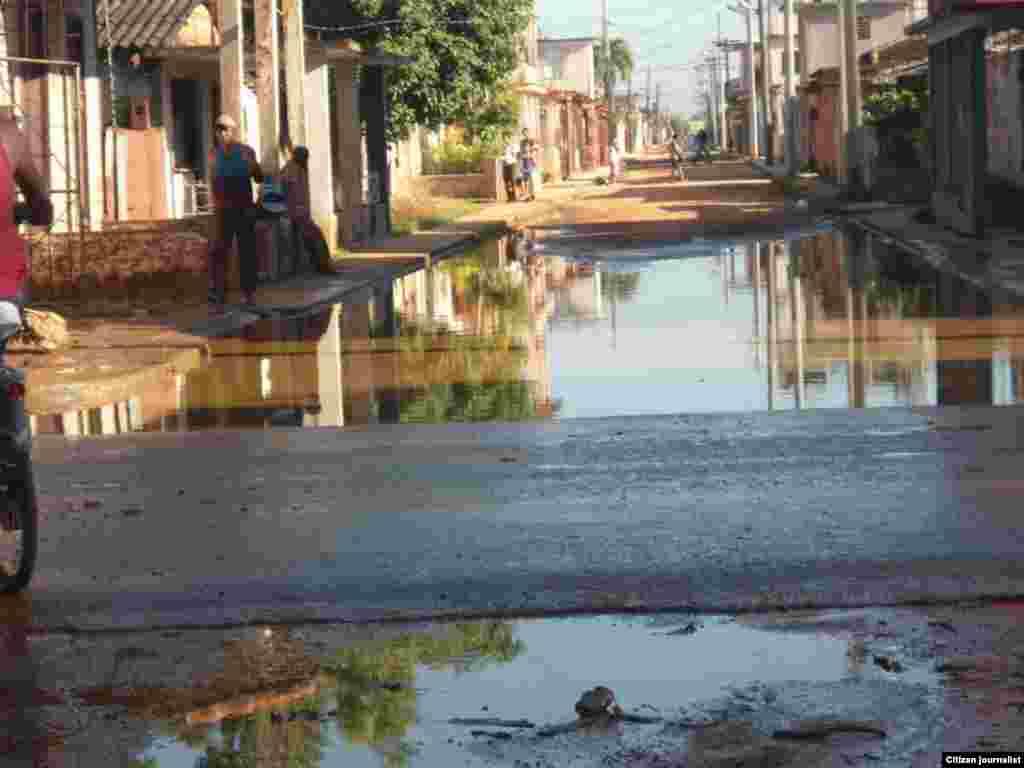 Reporta Cuba. Calles de Güira de Melena inundadas a causa de salideros y otras roturas del sistema de acueducto. Fotos: Martha Domínguez.