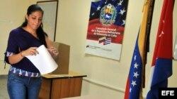 Joven venezolana en Cuba ejerce su derecho al voto en la sede del consulado de su país en La Habana (Cuba)