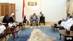 El presidente Abdo Rabu Mansur Hadi (d), durante una reunión con miembros del partido Unión Rashad en el Palacio Presidencial en Adén (Yemen).