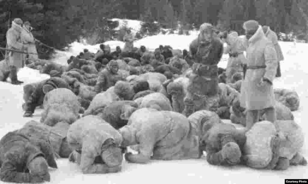 Inspeccionado a los presos del Gulag bajo una nevada.