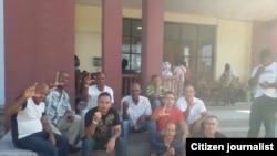 Activistas fuera del Tribunal de Marianao el 8 de septiembre en apoyo a matrimonio. Foto: Vladimir Turró.