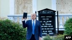 Donald Trump con una Biblia frente a la Iglesia Episcopal de San Juan en DC.