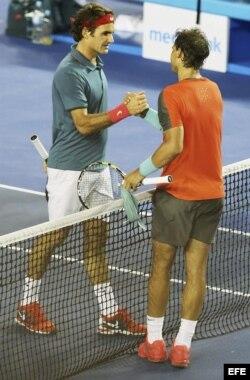 Nadal (d) estrecha la mano de Federer tras ganar el partido de semifinales del Abierto de Australia de tenis.