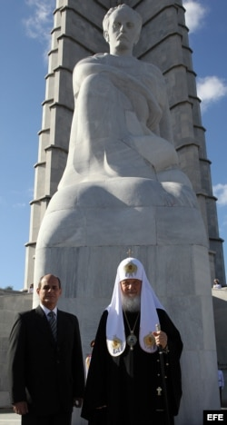 El patriarca de la Iglesia Ortodoxa Rusa, Kirill, coloca ofrenda en monumento a José Martí.