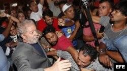 Lula sale del Sindicato Metalúrgico para entregarse a la Policía Federal