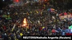 Los manifestantes protestan en Bogotá el 15 de mayo de 2021 contra los abusos policiales, en reclamos que iniciaron el 28 de abril en varias partes del país. Foto: REUTERS/Nathalia Angarita.