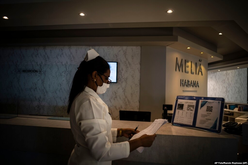 Die Krankenschwester Yenis Mercedes wartet mit Maske an der Rezeption des Melia Habana Hotels auf ankommende Touristen (11. Februar 2021). | Bildquelle: Radio Televisión Martí | Bilder sind in der Regel urheberrechtlich geschützt