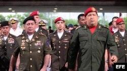 Fotografía cedida por Miraflores hoy, miércoles 13 de junio de 2012, que muestra al presidente de Venezuela, Hugo Chávez (d), y a su ministro de Defensa, Henry Rangel Silva (i), durante una visita a la sede del Ministerio de Defensa en Caracas (Venezuela)