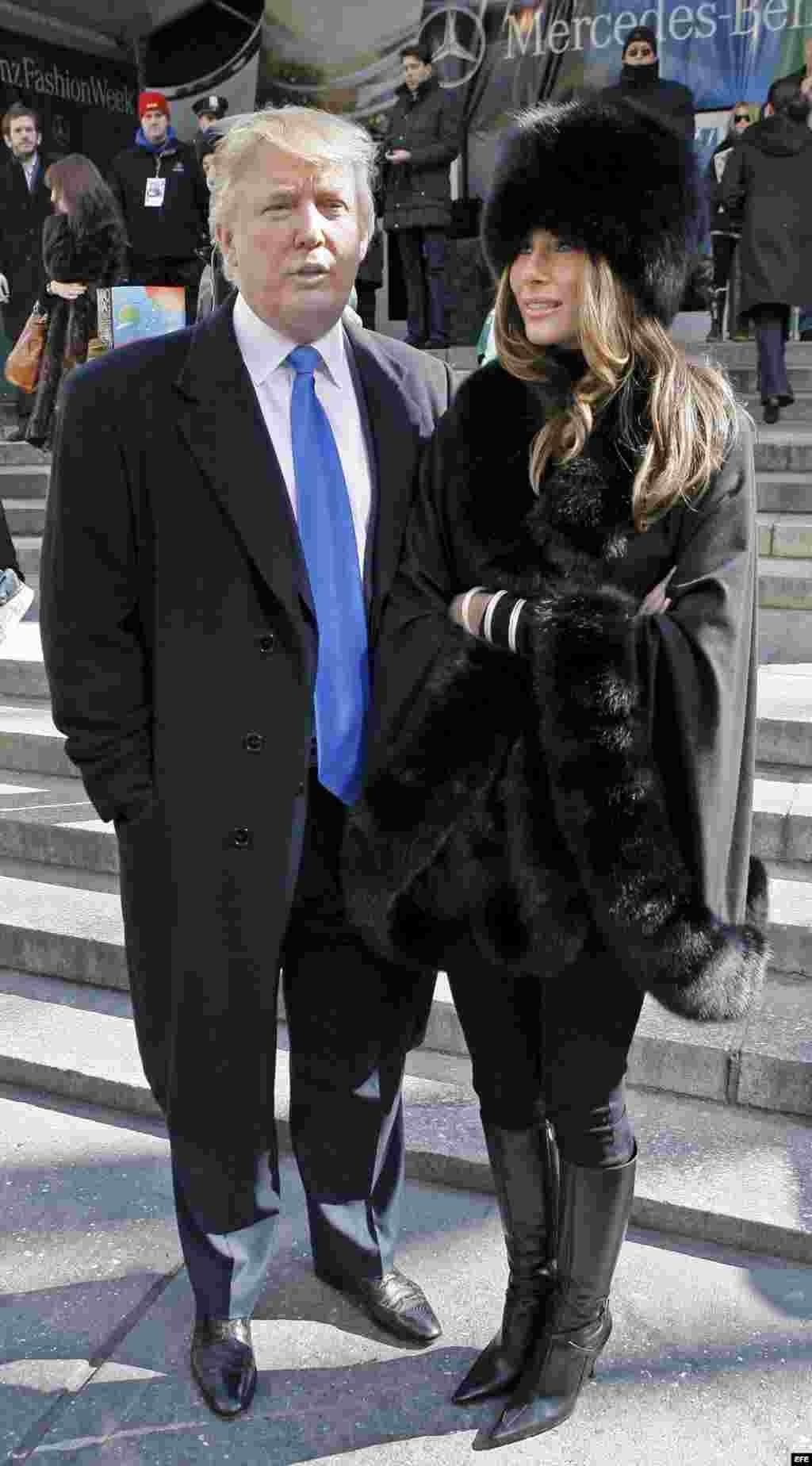 Donald y Melania Trump salen del festival de la moda Michael Kors en la semana Mercedes Benz, en Nueva York, en febrero de 2007.