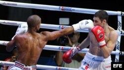 El cubano Roniel Iglesias combate con el ruso Andrei Zamkovoi