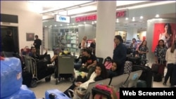 Venezolanos varados en el aeropuerto de Miami tras la suspensión de vuelos de EEUU a Venezuela. (Captura de imagen/Telemundo 51)