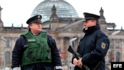 Fotografía de archivo: Agentes de la Policía alemana hacen guardia frente al edificio del Reichstag en Berlín.