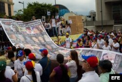 Manifestantes opositores al gobierno del presidente venezolano Nicolás Maduro participan en una manifestación hoy, sábado 10 de mayo del 2014, en Caracas (Venezuela).