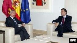 Ramón Luis Valcárcel, jefe del gobierno en Murcia, junto al presidente español, Mariano Rajoy, ambos del PP.