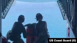 Guardia Costera de Estados Unidos lleva suministros a migrantes cubanos, el 3 de marzo de 2021.
