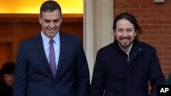El presidente del Gobierno español, Pedro Sánchez, y el líder de Unidas Podemos, Pablo Iglesias, en el Palacio de la Moncloa, en Madrid, el pasado martes 14 de enero.