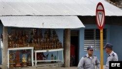 Dos policías conversan el sábado 24 de marzo de 2012, en el poblado El Cobre, Santiago de Cuba, donde se encuentra el santuario de la Virgen de la Caridad