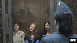 Archivo - las integrantes del grupo punk Pussy Riot esperando para ser juzgadas en una sala de un tribunal de Moscú (Rusia).