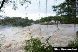 Río Agabama desbordado, en Fomento, Santi Spíritus, donde se afectó la producción de leche y varios cultivos. (Captura de imagen/ Escambray)