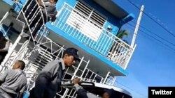 La policía allana la sede de UNPACU, el domingo 18 de diciembre. (Foto: Liudmila Cedeño)