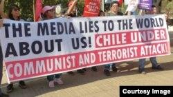 """Cartel en las calles de Santiago: """"Chile bajo ataque comunista y terrorista"""""""