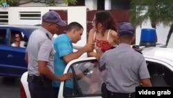 La opositora cubana Ailer González es detenida sin una orden judicial a la salida de su casa cuando se dirigía a hacer unas compras.