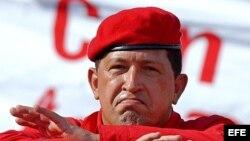 Fotografía de archivo del fallecido presidente venezolano Hugo Chávez durante la concentración en el centro de Caracas el 23 de agosto de 2003 para celebrar la mitad de su segundo mandato.
