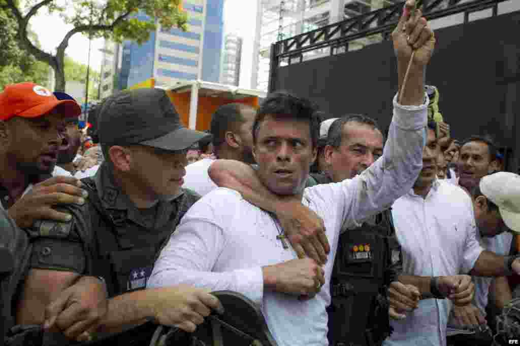 Leopoldo López se entrega en una plaza de Caracas a la GMB, policía militarizada