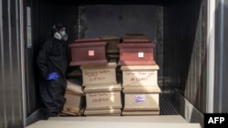 Sarcófagos de víctimas COVID-19 en Lima, Perú
