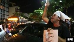 """Un manifestante se concentra 4 de julio de 2013, frente a la casa del gobernador de Río de Janeiro, Sergio Cabral, en Río de Janeiro (Brasil), tres días después de que la Policía desmontara un campamento de """"indignados"""" que protestó en el lugar durante di"""