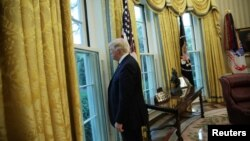 Donald Trump en la oficina oval.