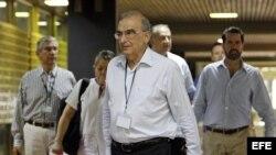 El jefe de la delegación de paz del Gobierno colombiano, Humberto de la Calle (c), llega junto a su equipo de trabajo hoy, martes 28 de abril de 2015, al Palacio de Convenciones de La Habana.