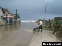 El mar inundó las calles cercanas a la costa en Guanabo, al Este de La Habana.