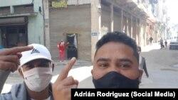 Maykel Osorbo y Esteban Rodríguez visitan la sede del Movimiento San Isidro