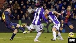 El delantero argentino del F.C. Barcelona Lionel Messi lanza a puerta consiguiendo el segundo gol de su equipo ante el Real Valladolid, en el estadio José Zorrilla.