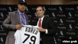 """José Dariel """"Pito"""" Abreu recibe la camiseta de los Medias Blancas de Chicago."""