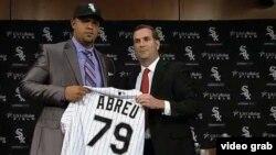 """José Dariel """"Pito"""" Abreu cuando recibía la camiseta de los Medias Blancas de Chicago."""