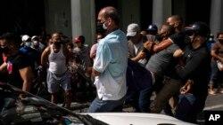 Un detenido en el levantamiento nacional del 11 de julio. AP Photo/Ramon Espinosa