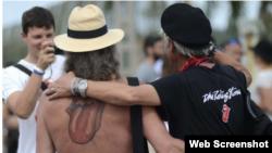 Fanático exhibe con orgullo su tatuaje ahora que The Rolling Stones suena en La Habana.