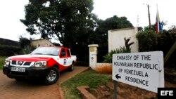 Una furgoneta de una compañía de seguridad permanece aparcada ante la residencia de la máxima representante diplomática de Venezuela en Kenia.