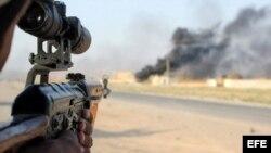 Un voluntario chií apunta su rifle durante combates contra militantes del grupo EI.