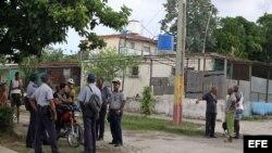 Varios policías conversan en una esquina hoy, viernes 2 de agosto de 2013, en una de las calles del barrio Alturas de la Lisa en La Habana (Cuba), donde hace pocos días se produjo un caso de intoxicación con alcohol metílico