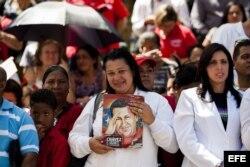 Una enfermera sostiene una imagen del fallecido líder Hugo Chávez hoy, lunes 10 de marzo de 2014, durante el acto de graduación de médicos venezolanos.