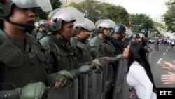 Una mujer discute con miembros de la Guardia Nacional Bolivariana (GNB) durante una protesta contra el Gobierno de Venezuela.