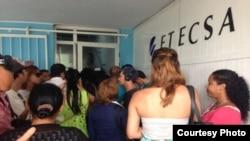Solo un telepunto de ETECSA, en el edificio Focsa, estaba activando en su primer día el nuevo servicio de correo electrónico en los móviles (Foto Yusnaby)